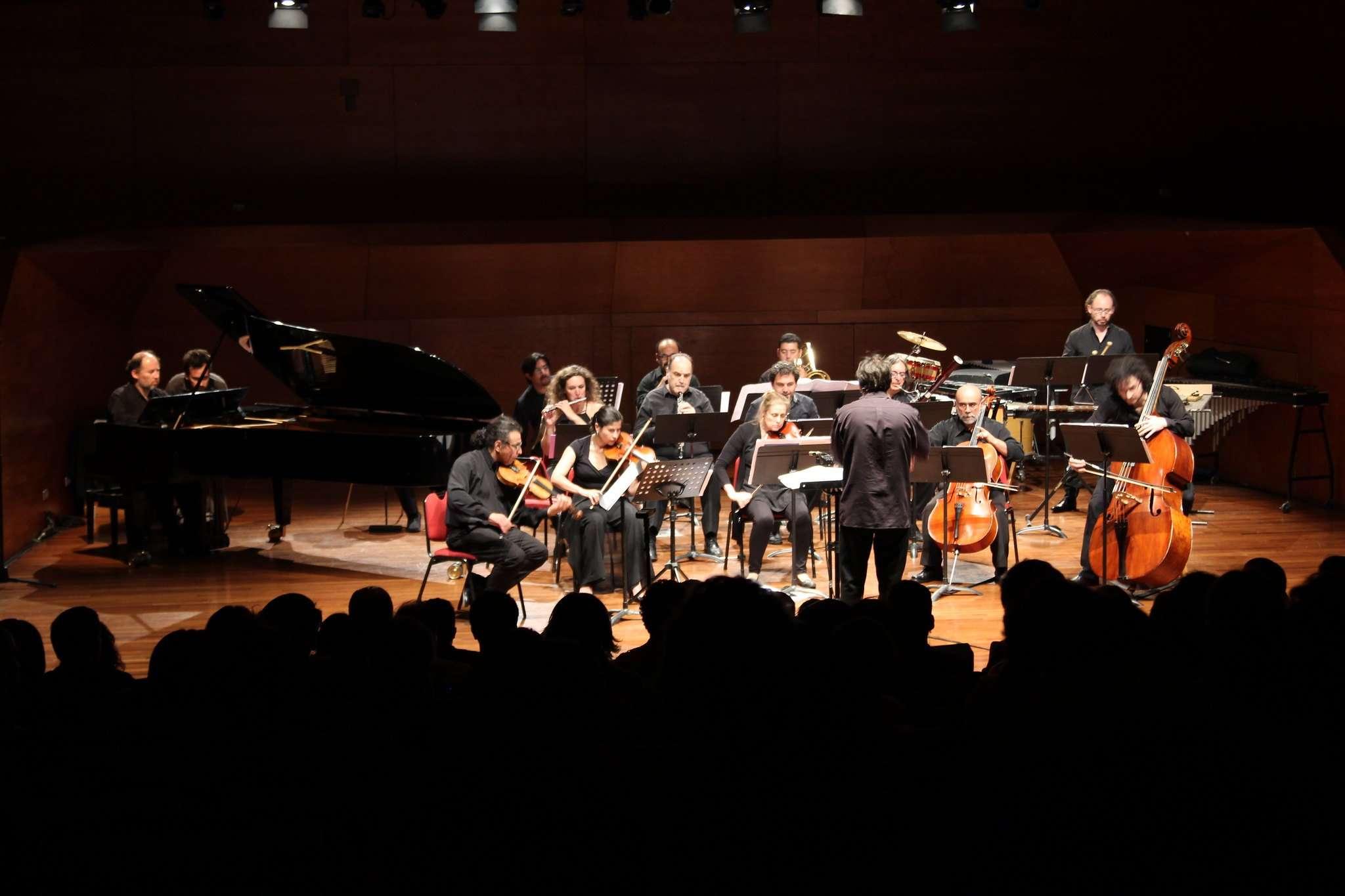 Luis Alberto Latorre y el Ensamble Contemporáneo, con la dirección de Aliosha Solovera, abordan el Concierto para piano de Ligeti, en el registro de 2016 que se transmitirá el 9 de junio. FOTO: IMUC.