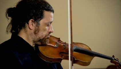 Profesor del IMUC David Nunez, integrante del Cuarteto Surkos, aparece tocando el violín