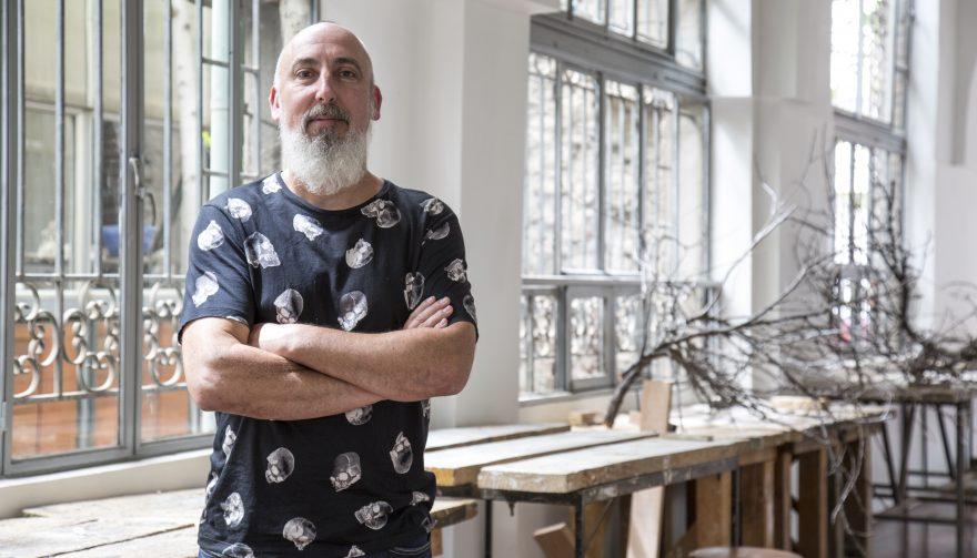 El artista Cristian Salineros en el taller de la Escuela de Arte