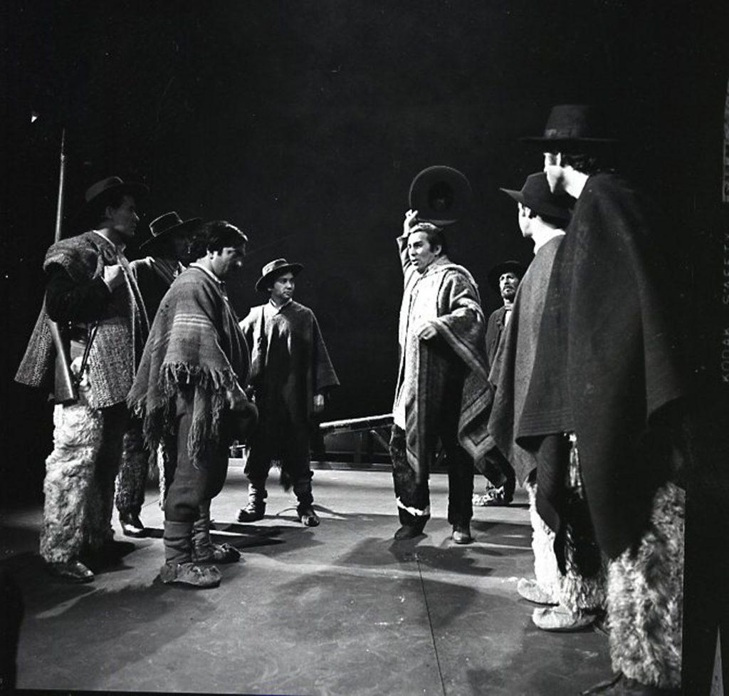 """Fotografía del montaje """"Los que van quedando en el camino"""". Autor: René Combeau. En Archivo de la Escena Teatral UC."""